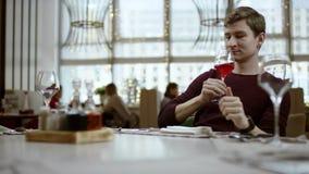 El concepto del restaurante: solamente manos, servicio y plato El camarero trae el vino de la orden en la bandeja de madera el ca almacen de metraje de vídeo