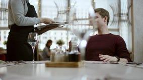 El concepto del restaurante: solamente manos, servicio y plato La carne deliciosa con las salsas y las verduras asan a la parrill almacen de metraje de vídeo