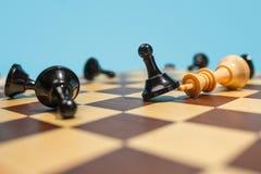 El concepto del tablero y del juego de ajedrez de ideas y de competencia del negocio imagenes de archivo