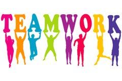 El concepto del trabajo en equipo con las mujeres y los hombres coloreados siluetea el salto Imágenes de archivo libres de regalías