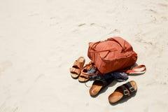 El concepto del verano, las cosas en la arena de la playa, el varón y los deportes femeninos del fracaso y marrones hacen excursi fotografía de archivo
