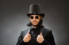 El concepto del vintage con el hombre que lleva el sombrero de copa negro fotografía de archivo libre de regalías