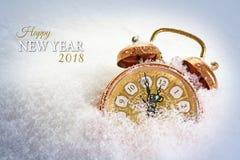El concepto 2018, despertador del Año Nuevo del vintage en la nieve muestra el fiv Fotos de archivo libres de regalías