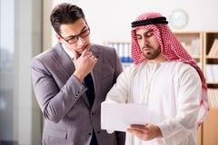 El concepto diverso del negocio con el hombre de negocios árabe fotografía de archivo libre de regalías