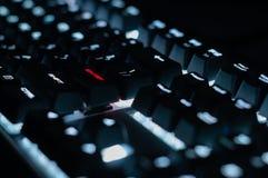El concepto, entra en el botón en el teclado brilla intensamente rojo, primer foto de archivo