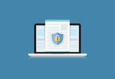 El concepto es seguridad de datos Escudo en la mesa o Labtop p del ordenador Fotografía de archivo libre de regalías