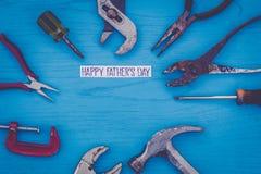 El concepto feliz de la vida del día del ` s del padre aún con las herramientas gastadas en tablero azul, endecha plana en vintag Fotos de archivo libres de regalías