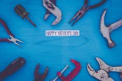 El concepto feliz de la vida del día del ` s del padre aún con las herramientas gastadas en tablero azul, endecha plana en vintag Fotografía de archivo