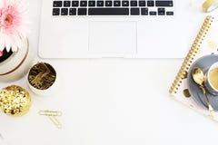 El concepto femenino del lugar de trabajo en plano pone estilo con el ordenador portátil, café foto de archivo libre de regalías
