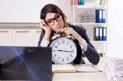 El concepto femenino joven de la gestión del empleado a tiempo foto de archivo
