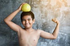 El concepto gordo asiático del muchacho del retrato sano y pierde el peso Fotos de archivo libres de regalías