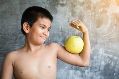 El concepto gordo asiático del muchacho del retrato sano y pierde el peso Foto de archivo