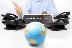 El concepto internacional global del contacto, mano tiene gusto con phon Foto de archivo