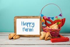 El concepto judío de Purim del día de fiesta con hamantaschen las galletas o los oídos de los hamans y la máscara del carnaval Imagen de archivo libre de regalías