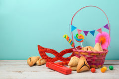 El concepto judío de Purim del día de fiesta con hamantaschen las galletas o los oídos y máscara de los hamans Fotos de archivo libres de regalías