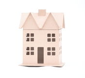 El concepto, la casa de la cartulina goffered, aislada en un blanco Foto de archivo