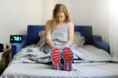 El concepto la mujer es demasiado perezoso despertar por la mañana para Imagenes de archivo