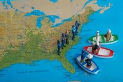 El concepto miniatura de la gente de gente medio-oriental llega en barco foto de archivo libre de regalías
