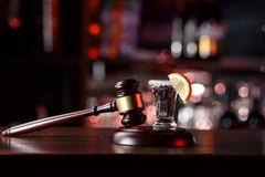 El concepto para el conducir en estado de ebriedad martillo del juez, vidrio del limón y tequila No beba el alcohol y no conduzca imágenes de archivo libres de regalías