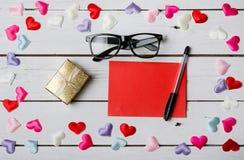 El concepto para el día de amantes: una hoja de papel en blanco, una pluma Imagenes de archivo