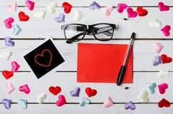 El concepto para el día de amantes: una hoja de papel en blanco, una pluma Fotografía de archivo libre de regalías