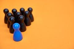 El concepto para la dirección con el juego figura en azul y negro - con el copyspace foto de archivo