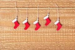 El concepto simple de la Navidad de rojo adornado pintó botas en woode Imagen de archivo