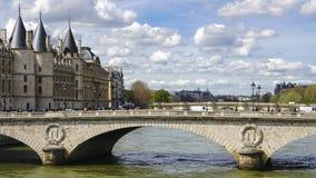 El Conciergerie y el cambio del au de Pont imágenes de archivo libres de regalías