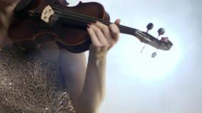 El concierto de la música clásica, violinista de la mujer en el brillo viste jugar en el violín en niebla almacen de metraje de vídeo
