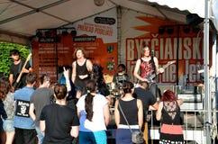 El concierto del aire abierto de la banda de la música rock llamó al paranoico El concierto es una parte de verano de la cultura  Fotos de archivo libres de regalías
