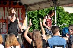 El concierto del aire abierto de la banda de la música rock llamó al paranoico Visión en el cantante y el guitarrista de griterío Fotos de archivo