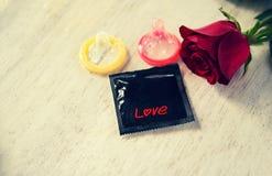 El condón previene embarazo o la enfermedad de transmisión sexual del concepto del sexo seguro de las tarjetas del día de San Val foto de archivo libre de regalías