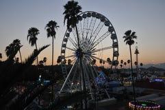 El condado de Los Angeles Ferris Wheels justo en el simset Imágenes de archivo libres de regalías