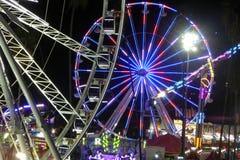 El condado de Los Angeles Ferris Wheels justo por noche Fotos de archivo libres de regalías