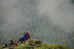 El condado de Nantou, Taiwán - 14 de julio de 2018: La gente está caminando en el rastro de la montaña de Hehuan Todavía tienen m imagenes de archivo