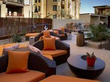 El condominio se dirige el patio y la piscina al aire libre de la plaza imagen de archivo