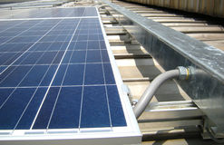 El conducto flexible conectó con el tejado solar de Wireway picovoltio fotografía de archivo libre de regalías