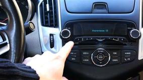 El conductor actúa el casete de radio haciendo clic en los iconos del panel de la señal almacen de metraje de vídeo