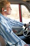 El conductor de camión rubio con las manos libera el sistema de teléfono Imágenes de archivo libres de regalías