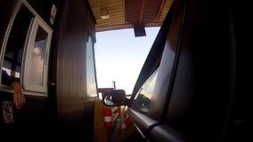 El conductor de la carretera paga la cabina de peaje de camino