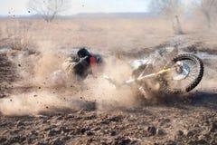 El conductor de motocicleta cayó en un camino de tierra fotografía de archivo