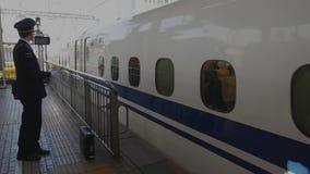 El conductor de Shinkansen señala y dice en voz alta el tiempo y el nombre de la estación almacen de metraje de vídeo