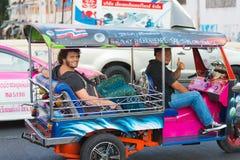 El conductor de Tuktuk conduce a turistas Imágenes de archivo libres de regalías