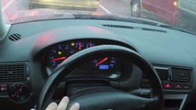 El conductor detrás de la rueda Conduciendo un coche visto desde adentro Lapso de tiempo metrajes