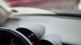 El conductor en guantes negros lleva a cabo la mano en el coche que desaparca del volante almacen de metraje de vídeo