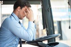 El conductor joven atractivo tiene dolor en su cabeza Foto de archivo libre de regalías
