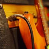 El conector de entrada insertó al amplificador combinado con la guitarra eléctrica en fondo negro Imágenes de archivo libres de regalías