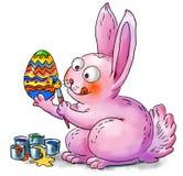 El conejito de pascua adorna los huevos