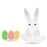 El conejito de pascua con los huevos de Pascua Foto de archivo libre de regalías