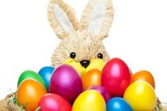El conejito de pascua tiene cesta con los huevos de Pascua coloridos Foto de archivo